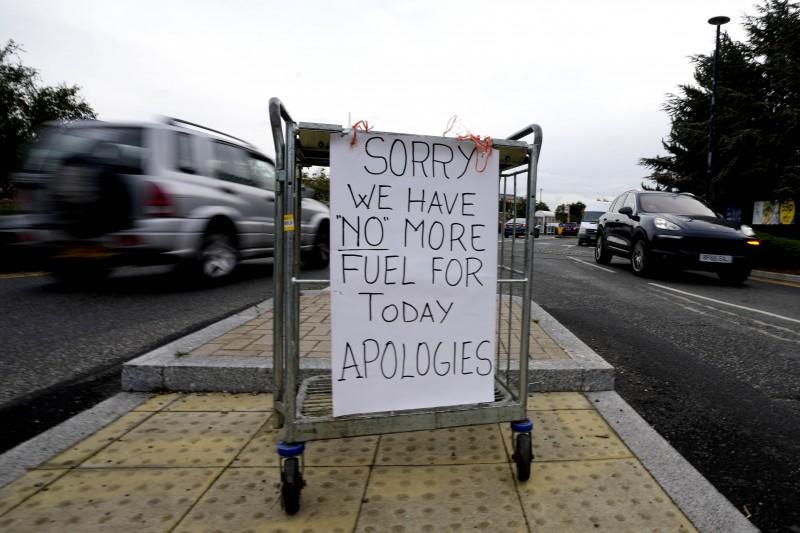 9月28日,英國倫敦一處加油站貼出告示,表示當天無油可加(美聯社)