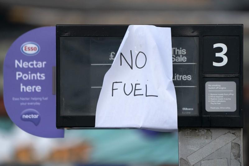 9月27日,英國中部曼徹斯特一處加油站貼出告示,表示無油可加(美聯社)