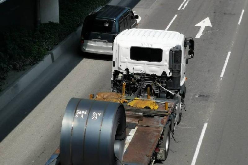 110年10月1日起交通違規新制上路,汽車裝載貨物如未依規定,罰鍰提高至18,000元。(圖/交通局提供)