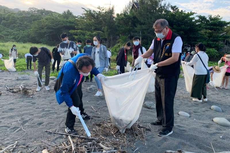 花蓮「世界海洋日」由縣府環境保護局帶志工清理海洋廢棄物。(圖/花蓮縣環境保護局提供)