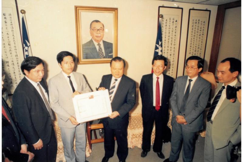 鄭寶清從時任內政部長、已故許水德院長的手裡接下民進黨政黨立案證書。(圖/鄭寶清辦公室提供)
