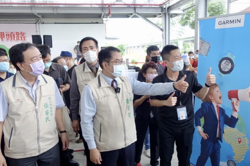 台南市長黃偉哲為回應企業用人需求以及市民的求職需要,自9月到11月連續辦理三場大型就業博覽會,為廠商找人才、為市民找工作。(圖/台南市政府提供)