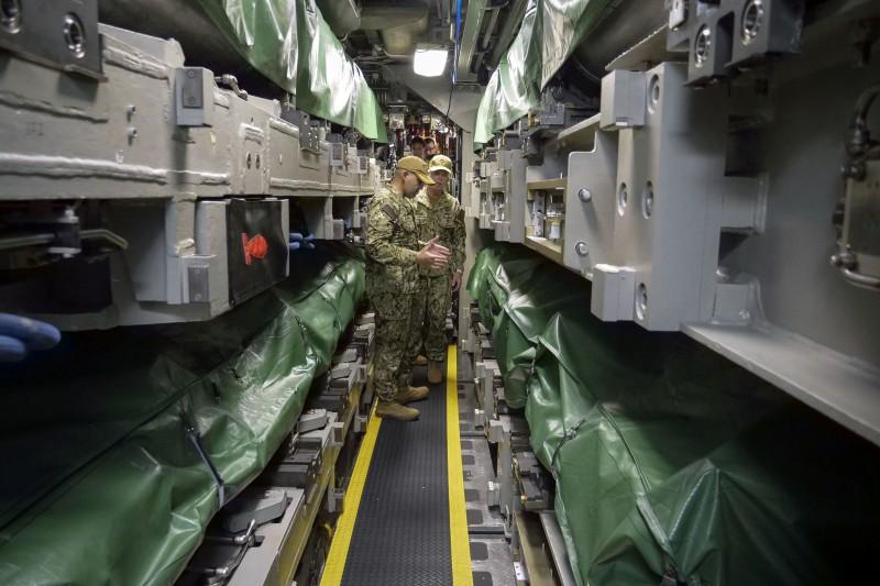 2021年8月2日,美軍海狼級核動力攻擊潛艦康乃狄克號(SSN-22)指揮官與第七艦隊指揮官卡爾・湯瑪斯(Karl Thomas)中將交談。(美國海軍官網)