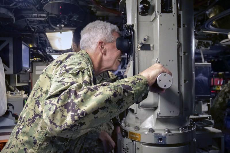 2021年8月2日,美軍第七艦隊指揮官卡爾・湯瑪斯(Karl Thomas)中將透過海狼級核動力攻擊潛艦康乃狄克號(SSN-22)的潛望鏡觀察海面。(美國海軍官網)