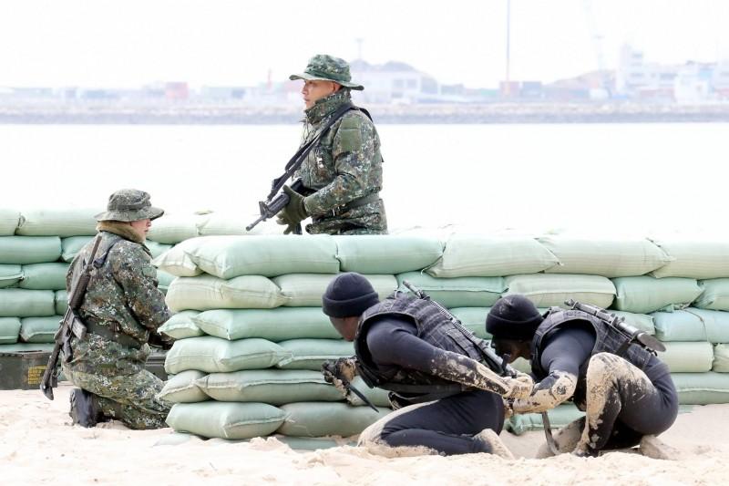 20211009-「陸軍兩棲偵察營」(黑衣者)定位雖僅為偵搜部隊,但在今年狙擊競賽(第一類狙擊手)中,拿下僅次於「海軍陸戰隊特勤中隊」的第二名,甚至較「陸軍高空特勤中隊」更佳。熟悉特種部隊運作人士認為,與美軍交流協訓有關。(取自國防部發言人臉書)