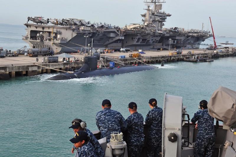 美軍海狼級核動力攻擊潛艦「海狼號」,後方為史坦尼斯號核動力航空母艦。(美國海軍官網)