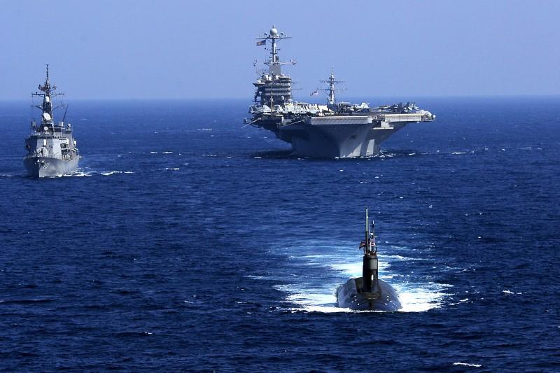 美軍核動力攻擊潛艦海狼號(SSN-21)與日本自衛隊大波號(DD-111)護衛艦、美軍史坦尼茲航空母艦(CVN-74)在2009年2月的太平洋演習中同框。(美國海軍官網)