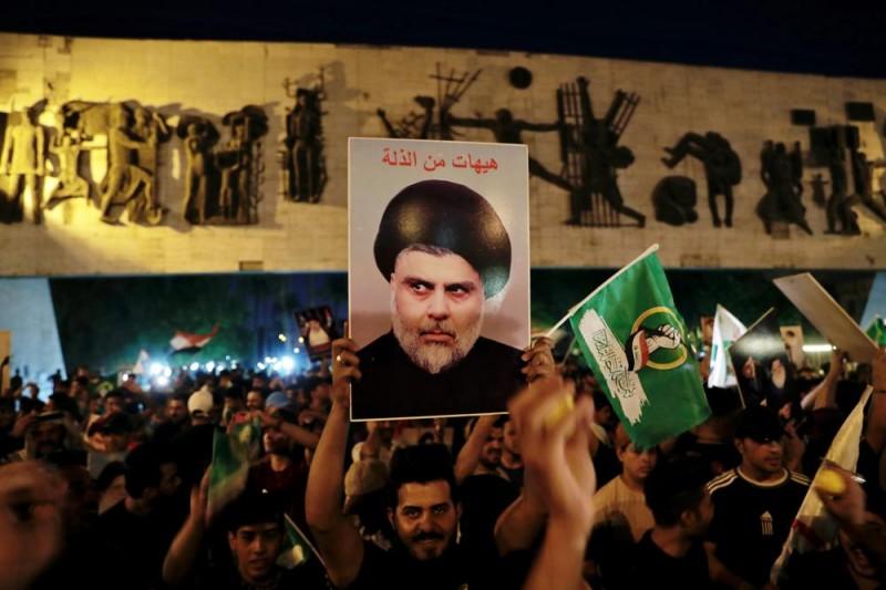 伊拉克民族主義什葉派教士薩德爾的支持者在街頭慶祝勝選。(AP)