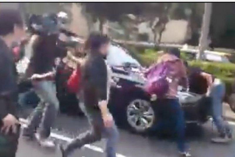 林淑燕今天說,她是出於救人的想法,才會一路追車。對於遭到蔡正元的司機控告3項罪名,林淑燕也將委由律師遞狀,提起殺人未遂的刑事告發。(取自YouTube)