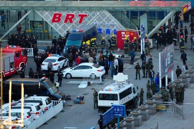新疆烏魯木齊車站30日發生爆炸,中國警消到場處理。(美聯社)