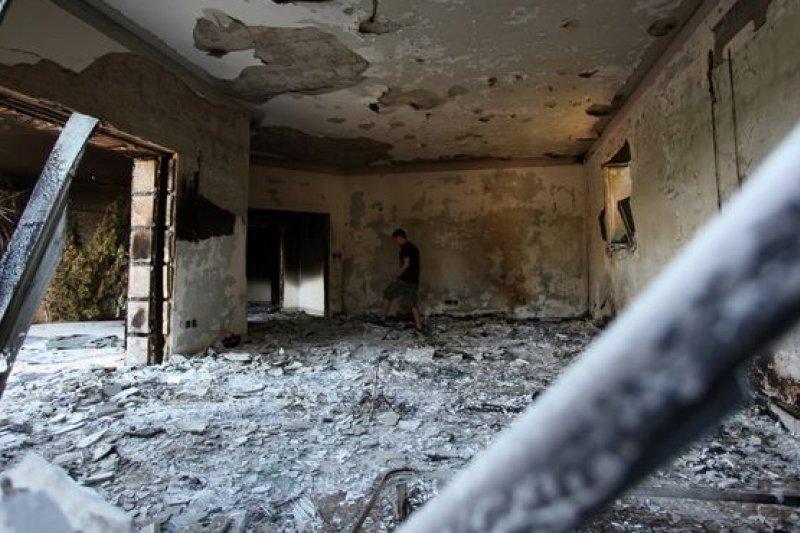 2012年9月11日,遭暴徒破壞燒毀的美國駐利比亞班加西領事館。(美聯社)
