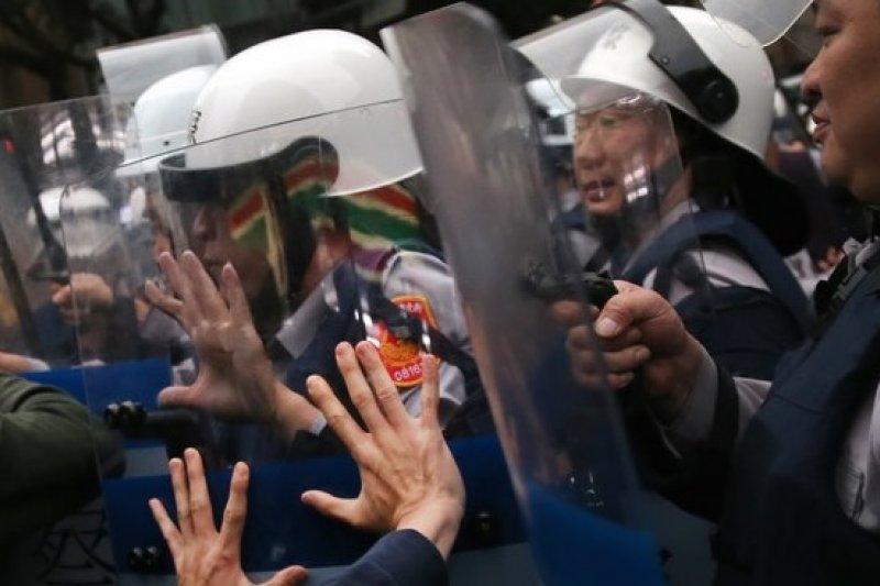 反核民眾4月29日佔領林森南路及忠孝東路,警方出動鎮暴警察驅離。(吳逸驊攝)