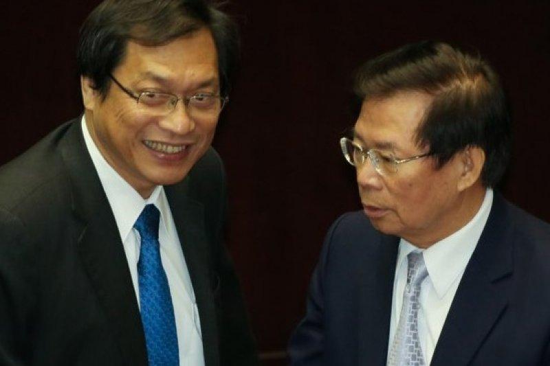 國民黨立委蘇清泉(左)解決血汗醫院的藥方,就是提案要求醫改團體親自經營一家醫院看看。(余志偉攝)