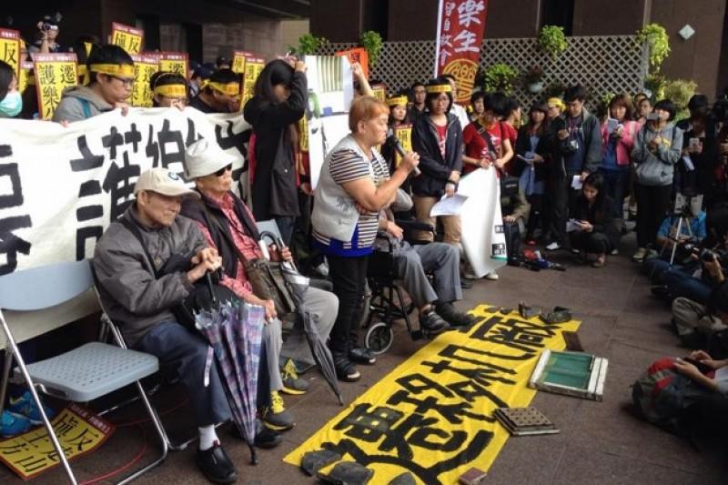 從樂生療養院行走17公里到台北市政府前抗議,要求台北市長郝龍斌出面負責,與警方發生推擠衝突,其中7位民眾遭逮捕,2位被上手銬。(台灣環境資訊協會記者江佩津提供)
