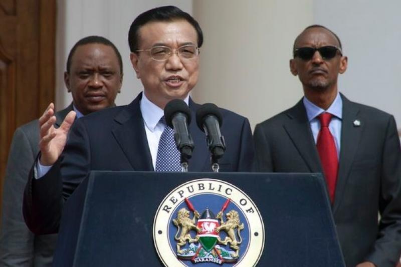 李克強與東非各國元首簽署鐵路興建協議,左為肯亞總統甘耶達,右為盧安達總統卡加梅(Paul Kagame)。