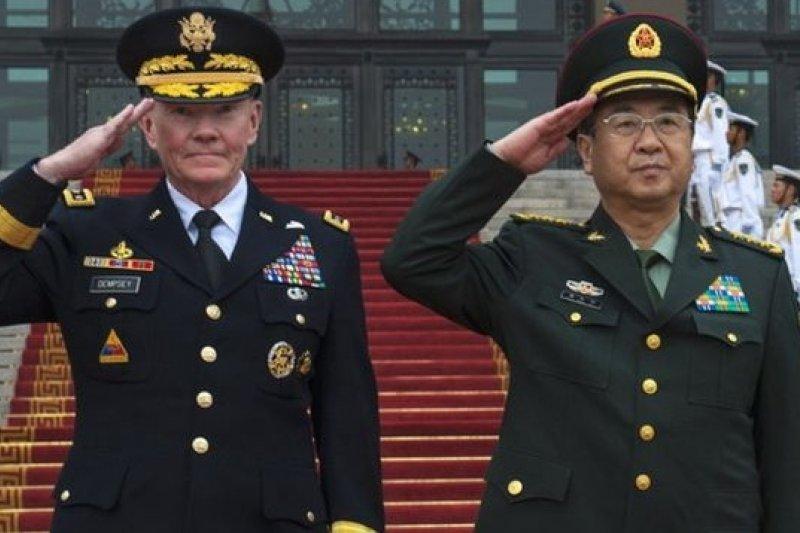 美軍參謀首長聯席會議主席鄧普西(左)邀請中國總參謀長房峰輝(右)訪美。(取自網路)