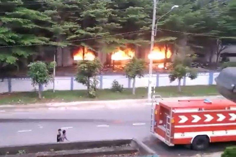 據駐處掌握訊息,越南警方預計今晚對聚集群眾展開勸離行動,因此評估沒有蔓延趨勢,也未到撤僑程度。(取自臉書)