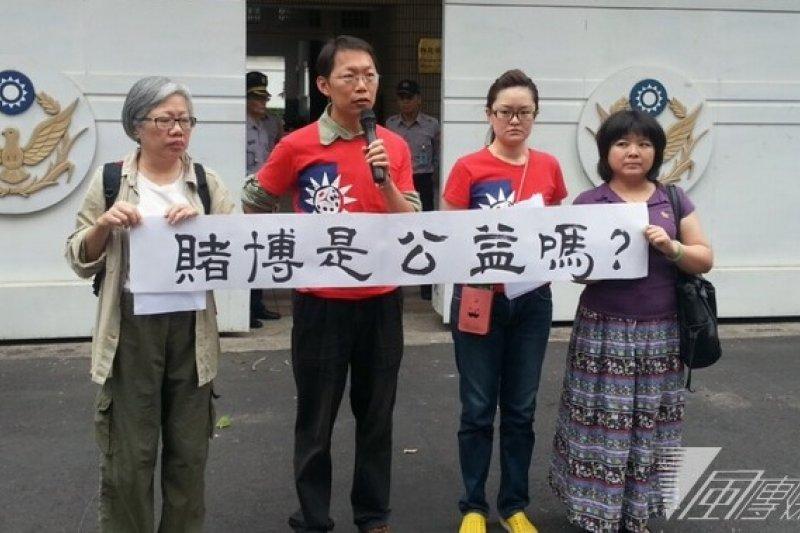 前綠黨召集人潘翰聲(左二)、反賭聯盟辦公室主任周瑾珊(右二)15日上午舉行記者會,向警政署檢舉台大學生會涉嫌以公益名義之名,鼓勵學生賭博。(林瑋豐攝)