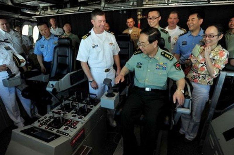房峰輝登艦參觀「科羅拉多號」濱海戰鬥艦,是此行最大亮點。(中新網)