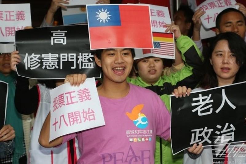 台灣少年權益與福利促進聯盟等公民團體21日到立法院外舉行記者會,呼籲修憲將投票門檻降到18歲。(余志偉攝)