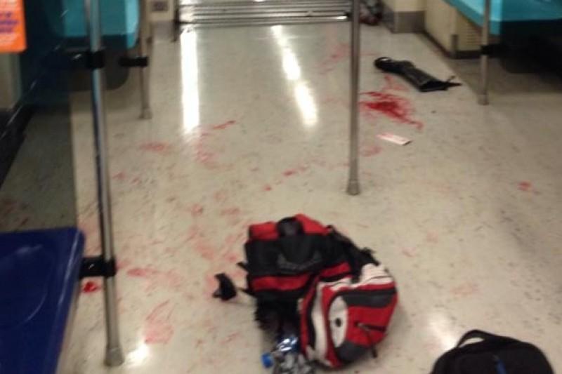 台北捷運江子翠站驚傳醉漢在車廂內砍人事件,地上血跡斑斑。(取自Akai Huang臉書)