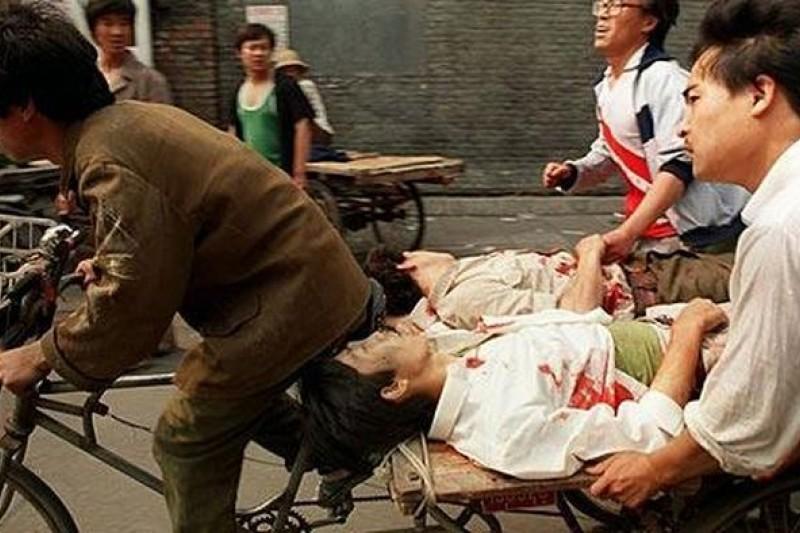 25年前中共六四血腥鎮壓之時,三輪車夫奮不顧身搶救受傷學生與民眾。(美聯社)