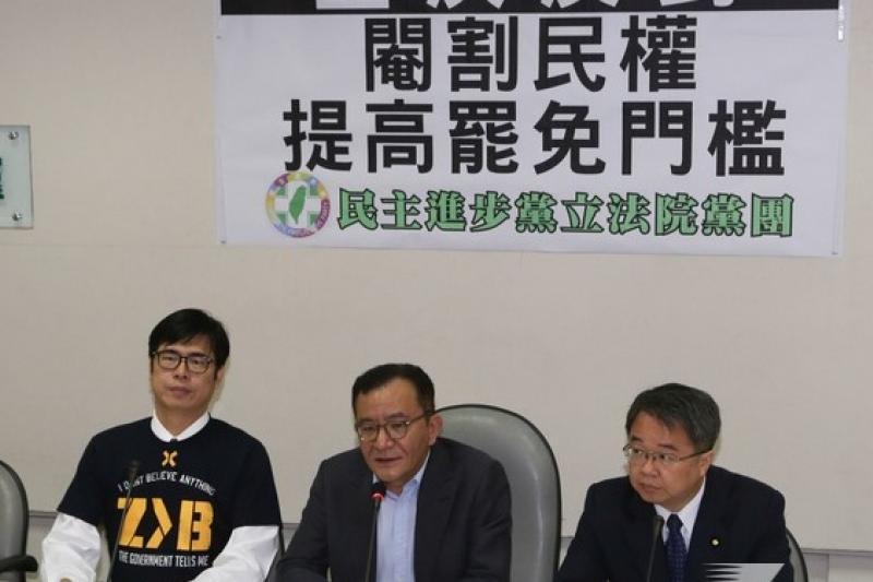 民進黨立委高志鵬(中)日前舉行記者會宣誓將提案降低立委罷免門檻,23日正式提出完成連署送案。(余志偉攝}