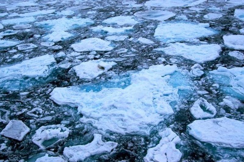 一份科學研究指出,北極冰帽中凍結的大量塑膠微粒將隨著冰融釋入海中(取自網路)