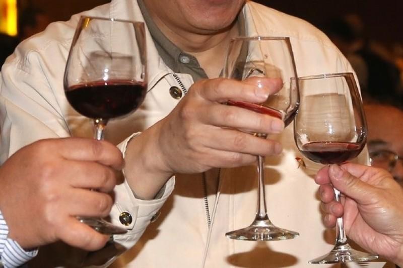 研究顯示,喝酒會臉紅的人罹患食道癌風險較高,有喝酒習慣的民眾應特別留意。(資料照,吳逸驊攝)