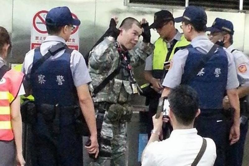 警察26日在台北捷運板南線台北車站盤查一位全副武裝的男子。(NEWS888記者何宇軒提供)