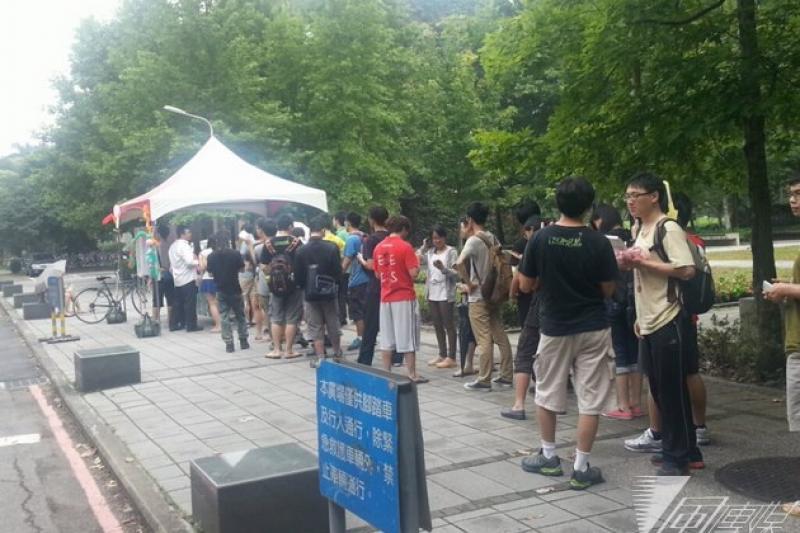台大學生會投票,由於投票率提高,再加上電子投票緩慢,大排長龍。(林瑋豐攝)