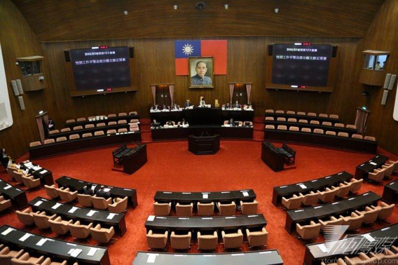 立院今(30)日最後一次院會三讀通過性平法,要求僱主將建教生、實習生納入法律保障範圍。(余志偉攝)