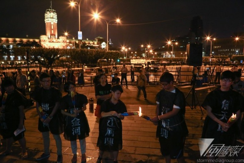 施明德文化基金會30日在白色恐怖紀念碑廣場,為44年前殉難的泰源五烈士舉辦紀念晚會。(余志偉攝)
