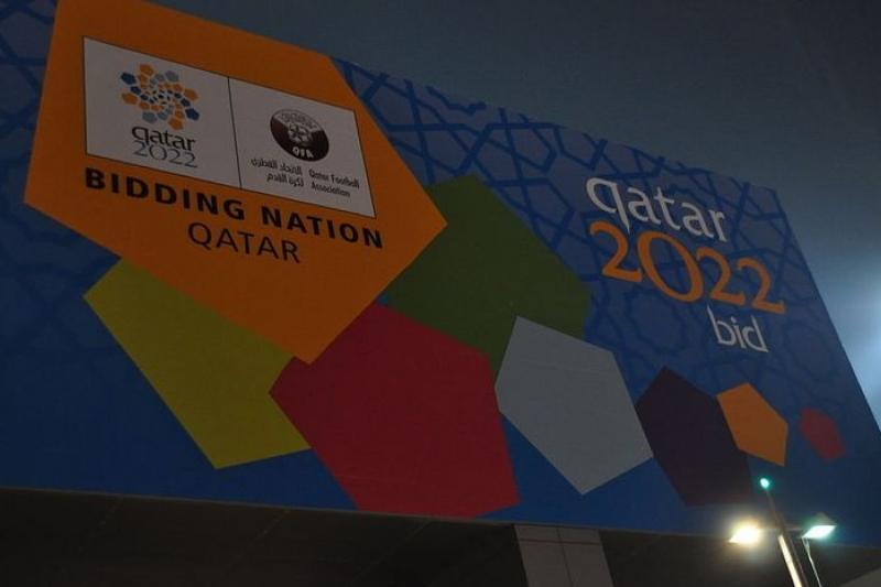 卡達為了申辦2022年世足賽主辦國在街頭矗立的宣傳看板,如今此一驕傲已黯淡無光(取自wikipedia)