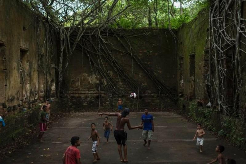 馬瑙斯孩童們在遺跡中踢足球(美聯社)