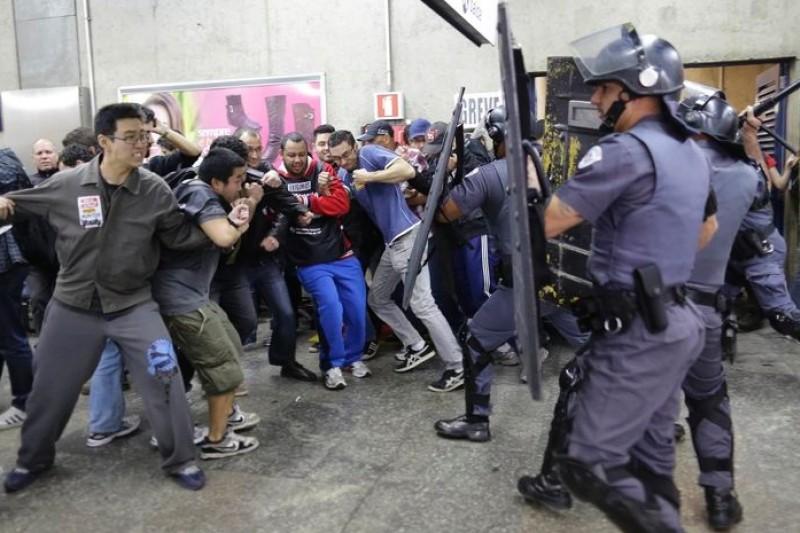 聖保羅地鐵員工、交管警察雙雙霸工,民眾受困交通煉獄。(美聯社)