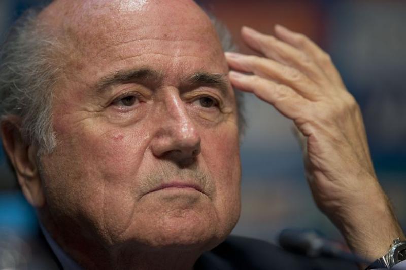 FIFA現任主席布拉特因為弊案頻傳,被歐洲足球協會叮得滿頭包(美聯社)