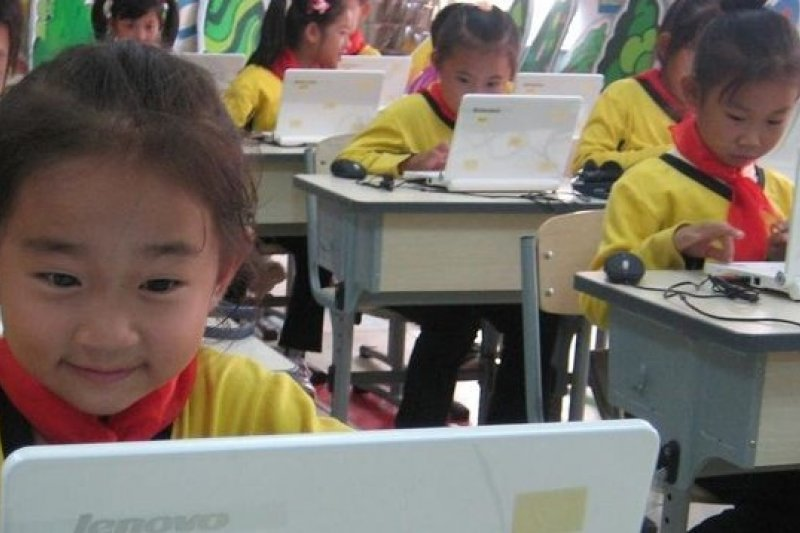 中國多地小學試行「電子書包」。(取自網路)
