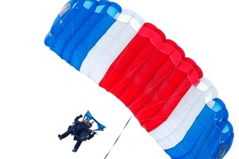 美前總統老布希以紅白藍三色跳傘活動,慶祝生日(美聯社)