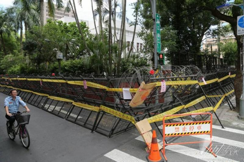 立法院外現已架起層層拒馬和鐵片蛇籠,青島東路和濟南路2側,拒馬已架在人行道上,還分做內外2層,高度也達到1層樓高。(余志偉攝)