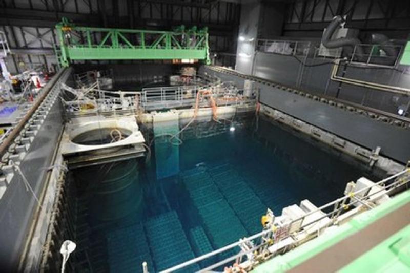 工程人員必須從冷卻池中取出已使用燃料棒1331支,未使用的燃料棒202支,圖片來源:網路