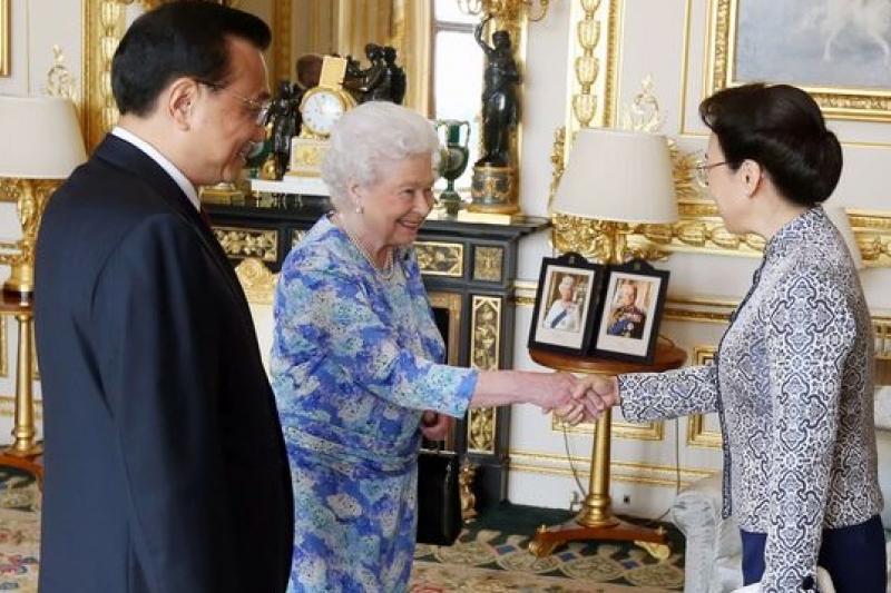 李克強(左)與妻子程虹(右)晉見英國女王。(美聯社)