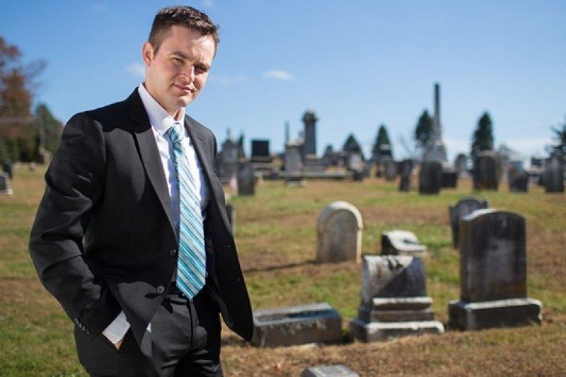 美國賓州小鎮的韋爾德是個非典型的「送行者」,部落格「禮儀師的告白」每個月有8萬人瀏覽(取自網路)