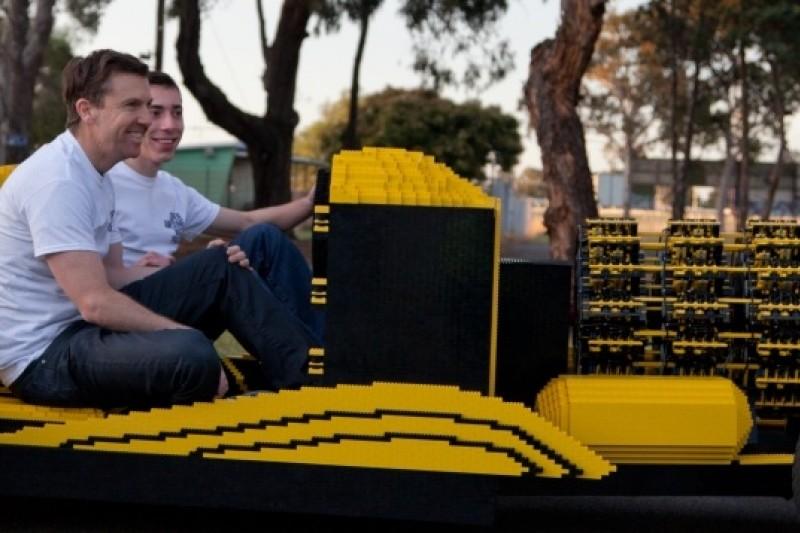 羅馬尼亞青年歐艾達(Raul Oaida)用超過50萬片樂高積木打造真實尺寸的美式改裝車。(圖片來源:取自網路)