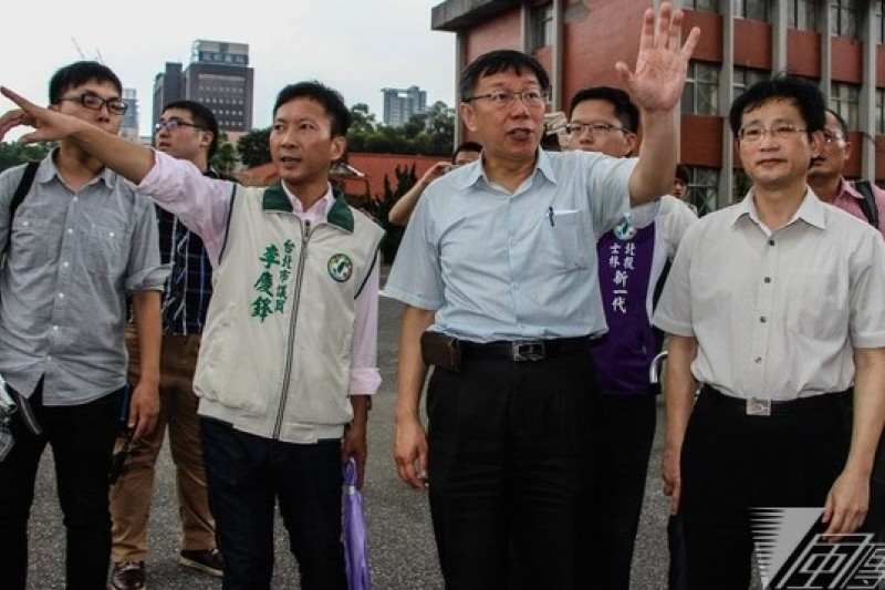 台大醫師柯文哲在民進黨台北市議員陪同下,參觀空總舊址。(葉信菉攝)