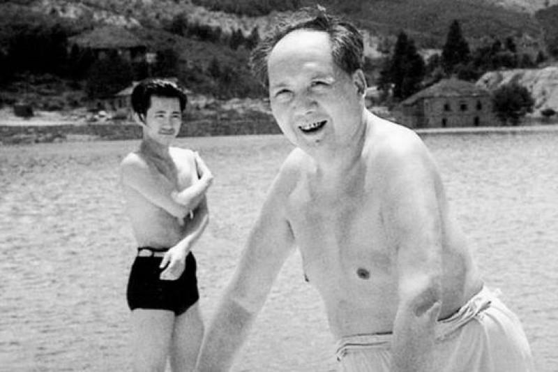 1961年,毛澤東在廬山人工湖游泳。(圖片來源:取自網路)
