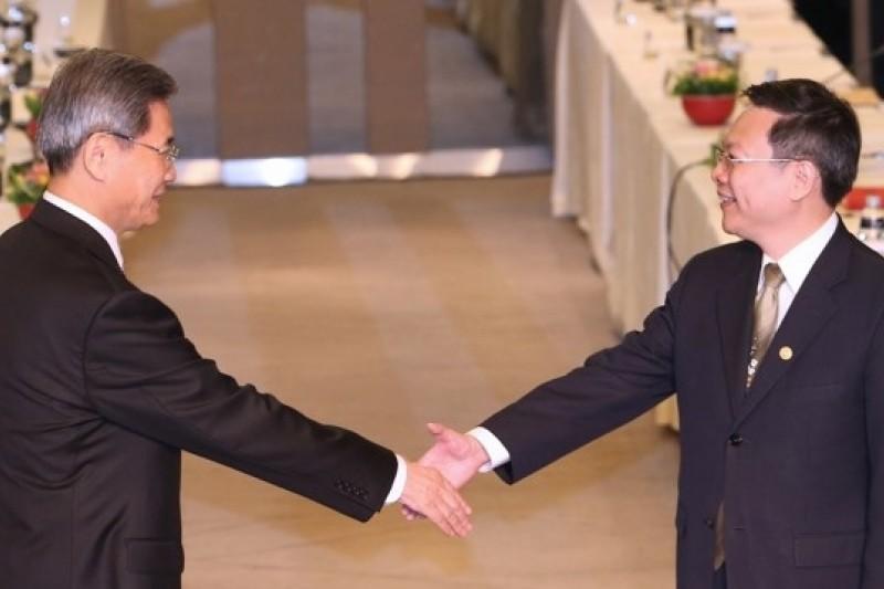今天(25日)下午在桃園諾富特展開第2次王張會,張志軍也是第1位訪台的中國國台辦主任,雙方僅握手但未寒喧。(吳逸驊攝)