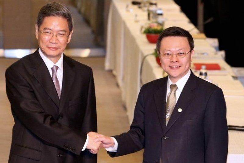 中國國台辦主任張志軍(左)25日在二次王張會開場致辭時表示,兩岸關係和平發展是「兩岸同胞共同選擇的正確道路」,只要兩岸合作便能克難前行。(吳逸驊攝)