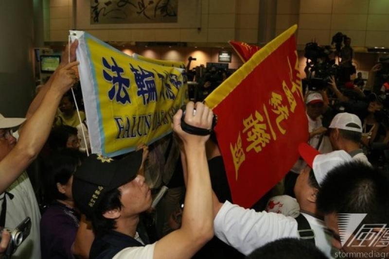 中國國台辦主任張志軍25日訪台,包含法輪功團體與獨派人士前往抗議,但中國官媒並無報導,對抗議、衝突隻字未提。(余志偉攝)