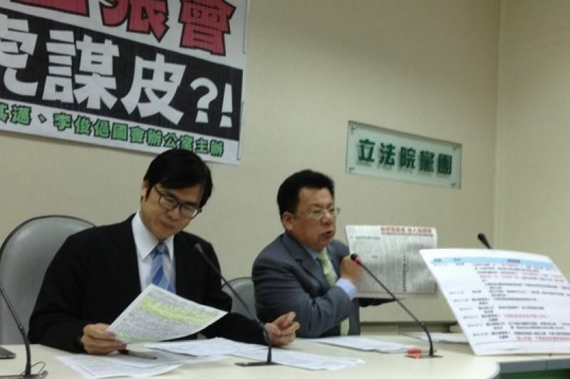 民進黨立委陳其邁、李俊俋今(26)日舉行記者會,批評王張會成果有限。(王立柔攝)